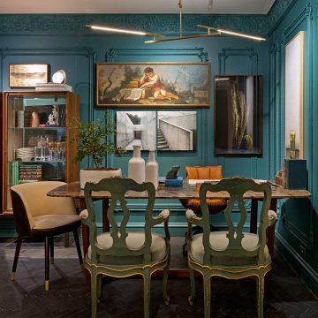 sala de jantar com parede azul e peças de design